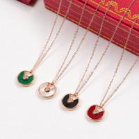 collar de perlas rojo blanco al por mayor-Colgante de concha de perla blanca Collar de cadena de oro rosa de alta calidad Colgantes verdes rojos Collar de boda de moda de lujo para mujeres