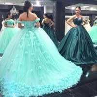 nane kapalı omuz dantel elbisesi toptan satış-Lüks Nane Yeşil Tatlı 16 Balo Quinceanera Elbiseler Kapalı Omuz Lace Up Geri El Yapımı Çiçekler Prenses Quinceanera Balo Abiye