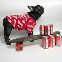 kırmızı yaka tişörtler toptan satış-Tam Cola Kırmızı Siyah Pet T-shirt Koşu Içecek Şişe Popüler Köpek Giyim Ilkbahar Yaz Kısa Kollu Köpek Kedi Köpek Giyim