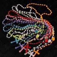rosenkranz anhänger großhandel-Katholische Rosenkranz Halskette Kunststoff Rosenkranz Religiöse Schmuck Jesus Kreuz Kruzifix Anhänger Halsketten Nacht Lumious Halskette Tropfenverschiffen