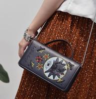 mode leder handtaschen europa großhandel-Europa Mode Lässig Stickerei Muster Kette Umhängetasche Handtasche Klappe Frauen Mädchen Leder Messenge Charme Zubehör