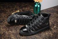 zapatos de diseño para hombre al por mayor-2018 Diseñador de lujo Hombre Zapatos casuales Zapatillas de deporte Arrugadas Rojo Negro Blanco Cuero Aire libre Fiesta de lujo Zapatillas de boda Zapatillas de deporte Zapatos masculinos