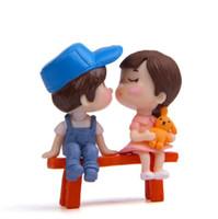 ingrosso gnomi in miniatura da giardino-Cute Sweetly Lovers Coppia Sedia Figurine Miniature Fairy Garden Gnome Moss Terrarium Artigianato in resina Decorazione domestica