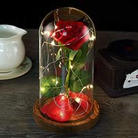 pétalos de rosa roja para bodas al por mayor-Rosas de belleza y bestia, flor de seda Rosa de seda roja con luz LED y pétalos caídos sobre una base de madera con cúpula de cristal, ideal para bodas, aniversarios