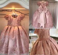 ingrosso vestiti arancioni di fiore di lunghezza del ginocchio-Gioiello perline rosa con applicazioni di perle perline a terra con maniche corte Abito da ragazza di fiori da sposa
