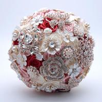 satin rosen blumenstrauß großhandel-Luxus Perlen Hochzeit Bouquet Blush Pink Burgund Kristall Strass Braut Rosen Bouquets Brosche Perle Braut Blume 2018 Dekoration