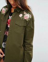 remendos do exército do vintage venda por atacado-Novo 2017 Moda Feminina Retro Vintage Epaulet flor bordados remendo projetos exército verde Solto Blusa Da Marca Outwear Camisa Topos