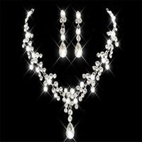 conjuntos de joyas de cristal de corea al por mayor-Estilo coreano Collar Pendiente Conjunto Barato Venta Caliente Brillante Rhinestone Cristales Flor Perforada Earup Nupcial Partido Nupcial Joyería