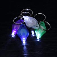 ingrosso torch light key rings-100pcs portachiavi anello luce bianco rosso verde LED UV mini torcia micro LED portachiavi portachiavi torcia mini lampada