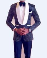 smokin ince şal toptan satış-Slim Fit Groomsmen Şal Beyaz Yaka Damat Smokin Lacivert / Siyah Erkek Takım Elbise Düğün En İyi Erkek (Ceket + Pantolon + Kravat + Hırsız)