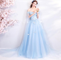 blau gesticktes prom kleid großhandel-Elegant Off Shoulder Gestickte Lange V-Ausschnitt Brautjungfer Kleider Plus Size Sleeveless A-Line Bodenlangen Blue Lace Up Prom Kleider für Frauen