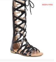 botas de couro lisas altas venda por atacado-BEIDIXU PENG férias de verão meninas sexy couro líquido botas confortáveis sandálias vasilha alta plana calcanhar dedo aberto sandálias atado
