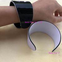 zubehör armbänder großhandel-New Fashion Acryl Armbänder eingraviert Logo Mode-Accessoires Mode-Symbol Luxus-Armband schwarz oder weiß Farbe Party Geschenk