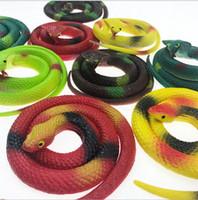 halloween des serpents en caoutchouc achat en gros de-75cm vert en caoutchouc jouet à la main de l'homme jouet colle douce faux serpent Halloween jouets spoof jouet serpent