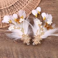 beyaz tüy aksesuarları toptan satış-Kore yeni manuel tüy headdress çiçek kırmızı beyaz gelin aksesuarları gelinlik firkete klip saç aksesuarları
