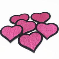 demir kalp yamaları toptan satış-10 adet Pembe Kalp Işlemeli Demir üzerinde SEWING Yamalar Yama için giysi aplike nakış DIY Malzemeleri El Sanatları Sticker