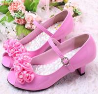 b8e753809cbe1 3 Couleurs de Bonne Qualité Enfants Fleur Blanche Perles Chaussures Filles  à Talons Hauts Sandales Enfants Chaussures De Mariage Enfants Taille 26-36