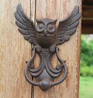 aldrava de portas venda por atacado-2 Peças de Ferro Fundido Rústico OWL Decorativa Porta Knocker Estilo Tradicional Do Vintage Porta Maçaneta Da Porta Trinco País Rural Portão Decoração Montado