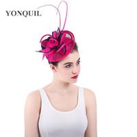 heiße rosa feder fascinator großhandel-Hot pink Party Kopfbedeckung Straußfeder verziert Fascinator mit Federbasis Sinamay Hut DIY Hochzeit attraktive Haarspangen SYF333