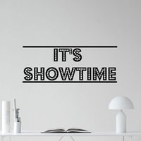 abnehmbare wandmalerei großhandel-Es ist Showtime Wandtattoo Kino Heimkino Film Vinyl Aufkleber Dekor Zitate Wasserdicht Abnehmbare Wandbilder Marke Tapete B654