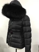 parka de invierno negro mujer al por mayor-2019 M Women Down Jacket Black Real Large Raccoon Fur Collar Down Coat con capucha con cinturón Parkas gruesas de invierno