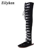 bota plana atada al por mayor-Eilyken Gladiador Lace Up Mujeres Botas 2018 Open Toe Knee High Summer Cross-tied Ocio plano Botas de moto Sandalias