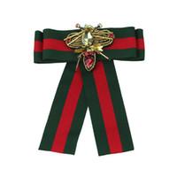 ingrosso colletto di bowtie-Nuovo marchio di lusso striscia spilla bowtie donne designer di marca strass vestito bavero pin gioielli accessori regalo
