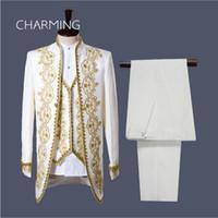 traje blanco chaleco dorado al por mayor-Traje de boda para hombre (chaqueta + pantalón + chaleco) blanco negro Vogue Palace estilo bordado en oro Hombres esmoquin clásico padrino de boda fotos reales