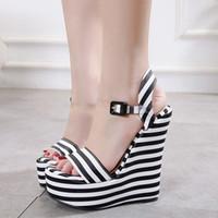 siyah strappy platformlar toptan satış-15 cm Seksi kadın platformu takozlar sandalet siyah beyaz çizgili PVC strappy ayakkabı tasarımcısı yüksek topuk boyutu ...