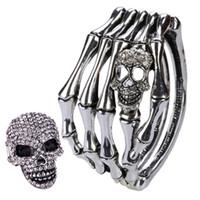 L anello del braccialetto della mano dello scheletro del cranio di YACQ  mette i regali gotici dei gioielli del motociclista del braccialetto per le  sue ... a50747ca4bc0
