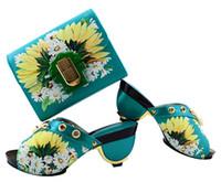 elegante vestido de flores amarillas al por mayor-Elegantes zapatillas africanas de color azul cielo combinan juego de bolsos y estampados de flores amarillas para el vestido GL01, tacón de 7.5 cm