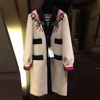 casacos de flores venda por atacado-2018 Runway Designer de Luxo Moda Trench V Neck Único Breasted Contraste Brasão cores bordados de flores Vintage Beige