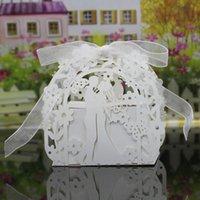 ingrosso farfalla favoriscono i titolari-30 colori titolari di bomboniere sacchetti di cioccolato carta tagliata al laser con nastri amanti fiori farfalla scatole regalo di nozze BW-C172