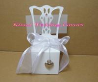 ingrosso miniatures halloween-(100 pezzi / lottp) Scatola di caramelle bianca per sedie in miniatura con decorazioni in argento per scatole regalo bianco da sposa e scatole per bomboniere