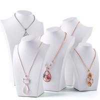 mücevher metal standları toptan satış-Beyaz Faux Deri Kolye Büstü Tall Takı Zincir Ekran Standı Butik Mağaza için Raf Formu Pencere Raf Sergi Sayaç Üst görüntüler