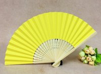 abanicos amarillos al por mayor-Amarillo plegable de mano ventiladores decoraciones para el hogar de bambú plegables hechos a mano tela de mano ventiladores regalos partido de bodas favorece papel plegado ventiladores 006