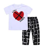 verificador blanco al por mayor-2018 nuevos niños trajes de verano 2 unid set cariño corazón impreso camiseta de manga corta + blanco negro pantalones de cuadros 1-5T niños ropa de verano