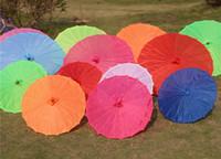ingrosso ombrelli di seta-Ombrello di tessuto colorato cinese Parasoli di colore rosa bianco Cina Props di colore tradizionale per danza Parasoli giapponesi in seta 30 pezzi