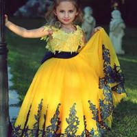 ingrosso abiti gialli per i bambini-2018 Giallo-Giallo Flower Girl Dresses con pizzo Appliques gioiello collo senza maniche soffici abito da ballo abito di compleanno Moda Toddler Pageant Dre