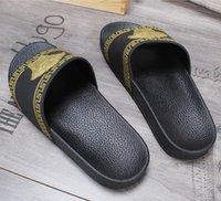 sohle pu sandale großhandel-NEUE Marke Designer Mode Leder Hausschuhe Herren Honigbiene gestreiften Sandalen ein Wort Slipper rutschfeste weiche Sohlen beste Qualität G6.7
