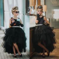 siyah küçük kıyafet elbiseleri toptan satış-2018 Küçük Siyah Ruffles Tül Kız Pageant Elbise Sevimli Ekip Boyun Kanat ile Bir Çizgi Hi-lo Çiçek Kız Elbise