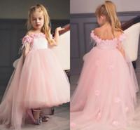 kız pembe tüy elbisesi toptan satış-Omuz Kapalı Pembe Çiçek Kız Elbise Sheer Boyun Tüy Tül Saten Ayak Bileği Uzunluğu Prenses Çocuk Doğum Günü Düğün Parti Elbiseler