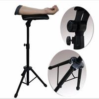 demir kolları toptan satış-Yeni 2016 Demir Dövme Kol Bacak Dayanağı Standı Taşınabilir Tam Dövme Sandalye Çalışmak Için Dövme Sandalye Çalışma Kaynağı Yatak Dışkı 65-125 cm