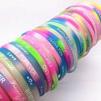 armband silikon armband sport großhandel-Großhandelsmasse verlost 100pcs / lot natürliches Silikon, das leuchtende Armbänder im Glühen in der dunklen Armband-Armband-Mischung nagelneu wedelt