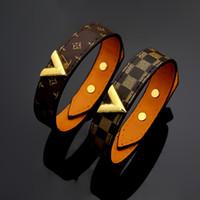 charms entwirft großhandel-New Style Titan Stahl Echtlederarmbänder mit Gold V-Form Design für Frauen Blumendruck pulsera Bettelarmband 23cm Top-Qualität