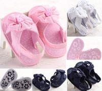 zapatos de crochet al por mayor-Zapatos decoración botón elegante para niños de los bebés del bebé de los zapatos ocasionales de ganchillo florales Niño partido Pisos