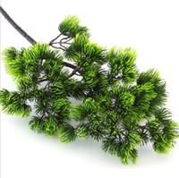 ingrosso piante di pino-5Pcs Rami di albero di pino Plastica artificiale Piante di pino caduta albero di Natale decorazione di fiori disposizione Foglie ghirlanda