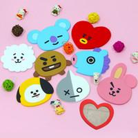 mode-displays großhandel-Youpop KPOP Korea BTS Kreative Tragbare TATA Bangtan Jungen Cartoon Spiegel Niedlichen Make-Up Schmuck Mode Displays Zubehör GU005