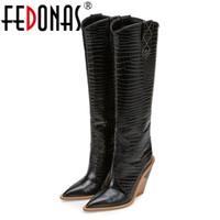 b7ed6069893 FEDONAS Sexy En Relieve Microfibra Cuero Mujer Botas Western Cowboy Botas  Altas Chunky Tacones Altos Zapatos de Rodilla Mujer