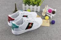zapatos planos para caminar para hombre al por mayor-Nuevo bordado Pequeño abeja pequeños zapatos blancos para las mujeres al aire libre cómodos zapatos casuales zapatillas de deporte para hombre Zapatos zapatos para caminar